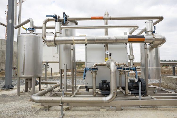 Fotolia_127466636_Natural-gas-tank-pipelines_M-e1479995189256