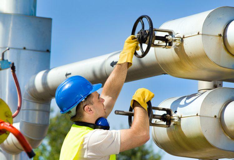 Fotolia_66744562_Oil-Worker_M-e1488214547680
