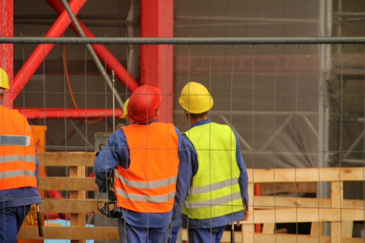 Fotolia_70658002_Workers-at-a-construction-site_M-e1452613848660