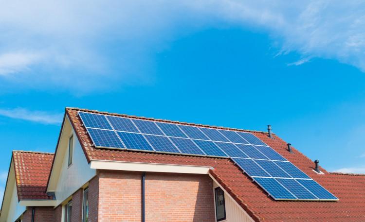 Fotolia_92076939_Solar-Panels-on-a-House-e1444408127551
