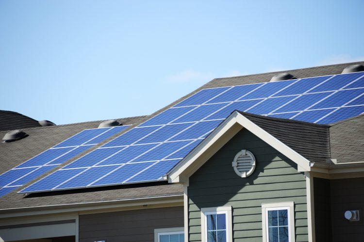 Fotolia_96204968_Solar-Panel-on-roof_M-e1467833029954