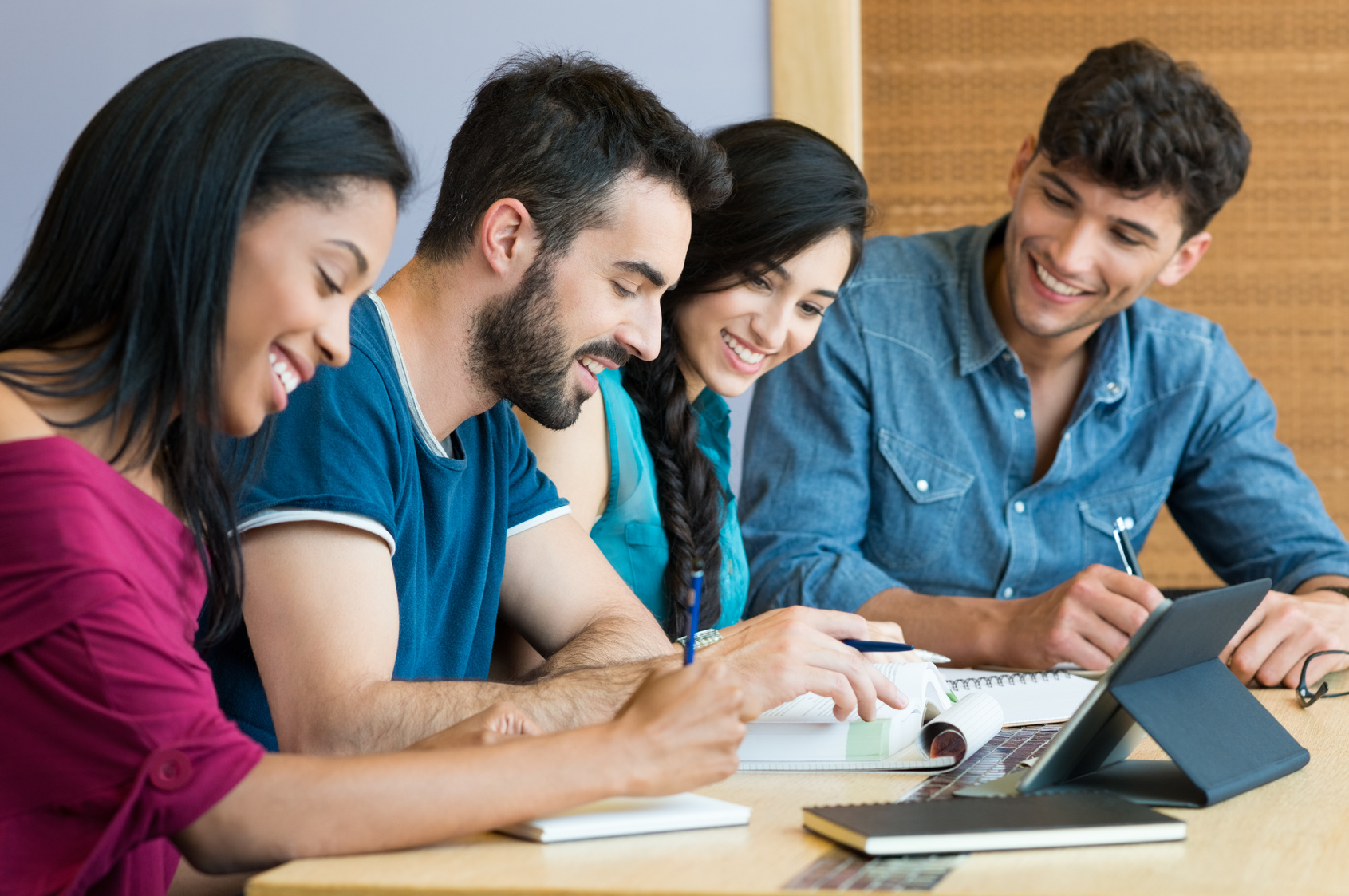 Fotolia_94851214_Happy-students-studying-together_M