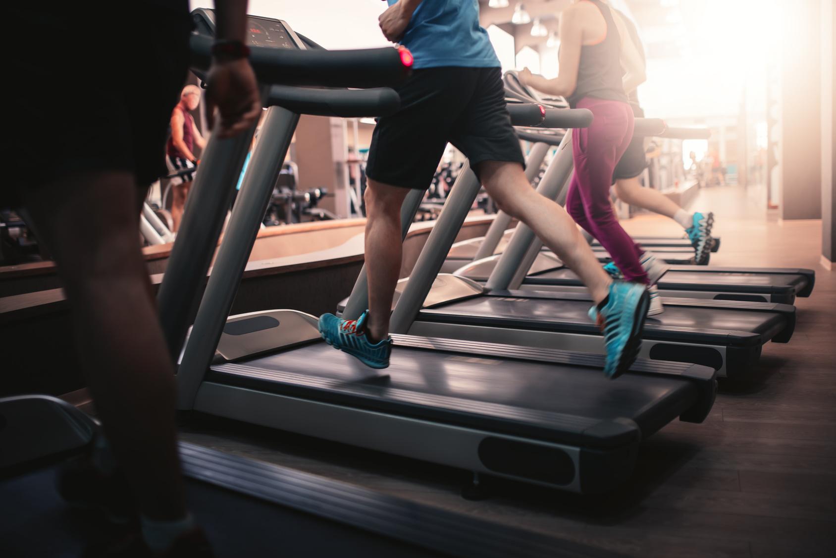 Fotolia_108992094_People running in machine treadmill _M