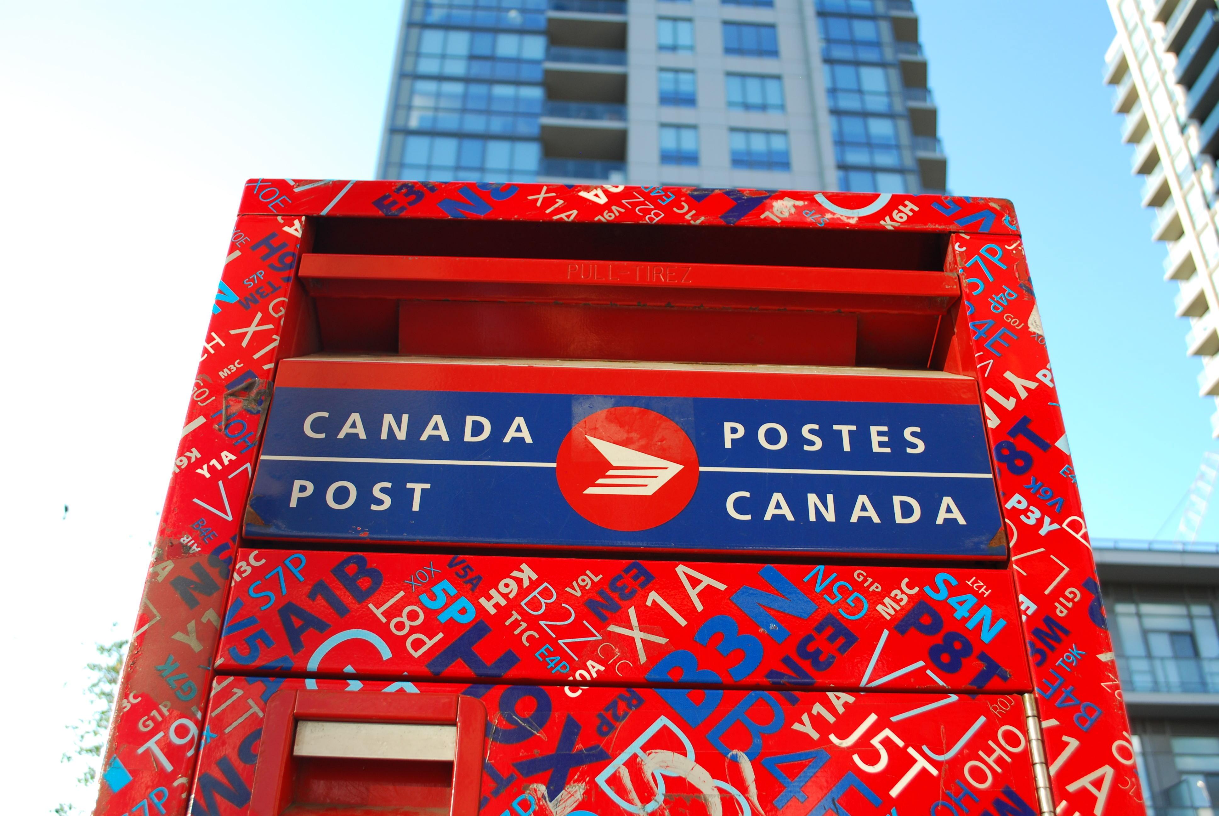 canada post shutterstock_677904514