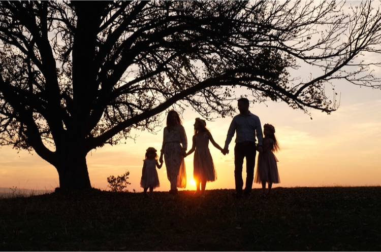 shutterstock_1031826790_family in sunset_s