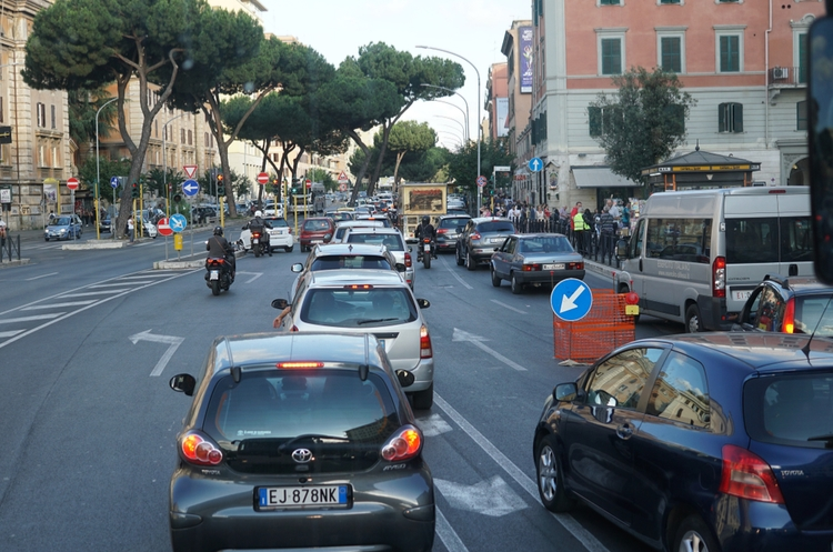 shutterstock_1122701180_cars in Rome web